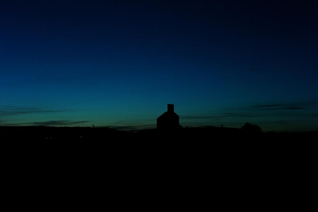 l'heure bleu, paysage au bord d'autoroute